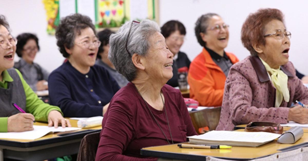 수업을 듣고 있는 장 할머니. [연합뉴스]