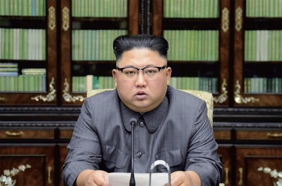 """김정은 북한 노동당 위원장이 지난달 21일, 도널드 트럼프 미 대통령을 향해 '늙다리 미치광이""""라며 """"불 맛을 보여주겠다""""는 본인 명의의 성명을 발표하고 있다. [사진 조선중앙통신]"""