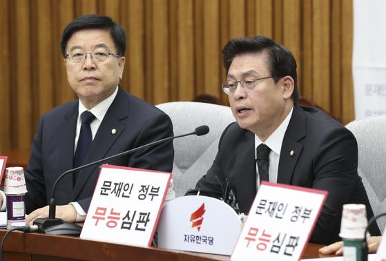 정우택 자유한국당 원내대표(오른쪽)가 31일 오전 서울 여의도 국회에서 열린 국정감사대책회의에서 모두발언하고 있다. 임현동 기자