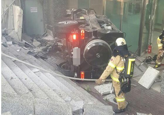 배우 김주혁씨가 30일 교통사고로 차량이 전복돼 사망했다. 사진은 사고 차량의 모습. [연합뉴스]