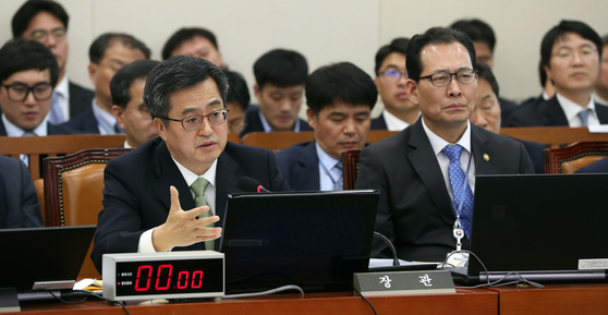 기획재정부 등에 대한 국회 기획재정위원회의 종합감사가 30일 국회에서 열렸다. 김동연 장관이 질의에 답하고 있다. 박종근 기자