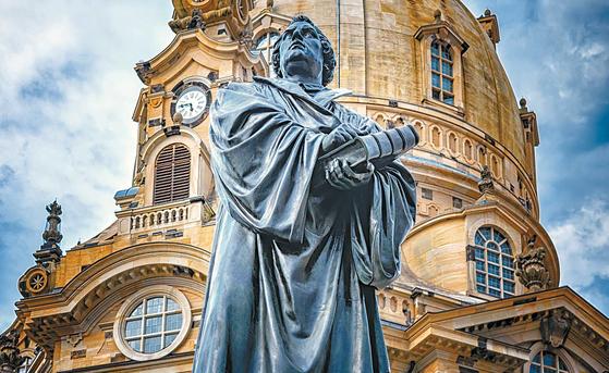독일 드레스덴 프라우엔 교회 앞에 세워진 말틴 루터 동상의 모습. [사진 한국루터교회]