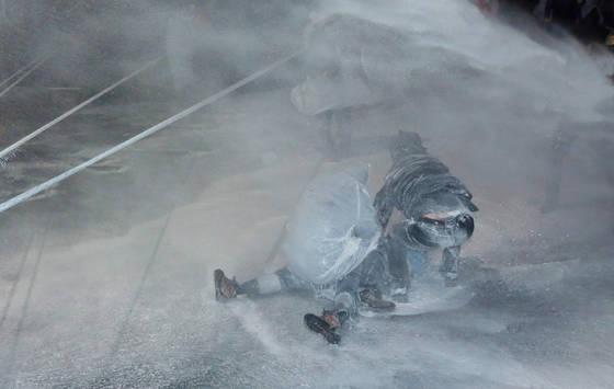 2015년 11월 14일 '민중총궐기 투쟁대회'에서 백남기 씨가 경찰의 '물대포'를 맞고 쓰러져 주변의 도움을 받는 모습. [연합뉴스]