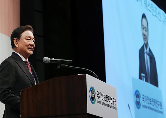 홍석현 한반도포럼 이사장이 30일 서울 웨스틴조선호텔에서 열린 '국가안보전략연구원-애틀랜틱카운슬(AC) 공동 심포지엄'에서 기조연설하고 있다. [뉴스1]