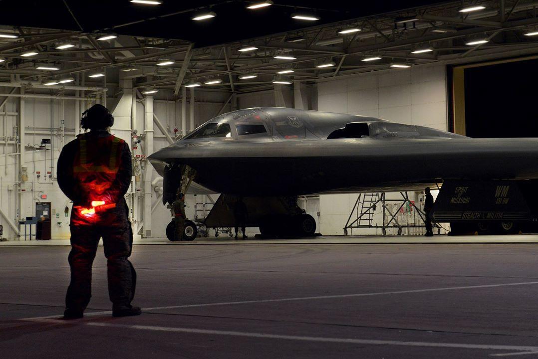 미국의 스텔스 전략폭격기인 B-2가 28일(현지시간) 미국 미주리주 화이트먼 공군기지에서 출격준비를 하고 있다. [미 공군]