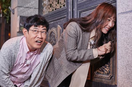 지난 18일 방송된 JTBC '한끼줍쇼'의 스틸컷. 배우 이연희가 초인종을 누른 뒤 초조해하고 있다. [사진 JTBC]
