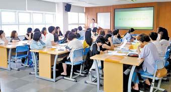 지난 7월 제이티자산관리 관계자가 교사들을 대상으로 한 금융 교육을 진행하고 있다.