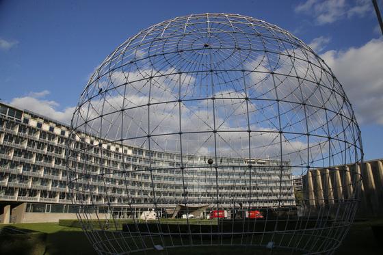 프랑스 파리에 위치한 유네스코 본부 청사의 전경. [AP=연합뉴스] The main building of the UNESCO headquarters is seen through the Globe in Paris, France, Friday, Oct. 13, 2017. The election of UNESCO's new chief has been narrowed down to two candidates, one from Qatar and the other from France, for Friday's decisive vote on the future of the restive U.N. cultural agency . (AP Photo/Michel Euler)