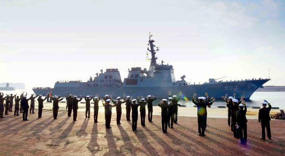 지난 2015년 해군이 제주도 서귀포시 강정마을에 건설한 제주해군기지에 제7기동전단을 이전하고 기념식을 하고 있는 모습. 7전단에는 이지스 구축함(7600t급) 3척과 한국형 구축함(4400t급) 6척 등이 배치된다. 해군은 세종대왕함, 율곡 이이함, 서애 류성룡함 등 이지스 구축함 3척을 보유 중이다. 함대공 미사일 등을 탑재한 이지스 구축함은 수백 개의 목표물을 동시에 탐지하며, 최대 1000㎞까지 감시할 수 있는 SPY-1D 레이더를 탑재했다. 기지에 입항한 율곡 이이함을 장병들이 환영하고 있다.  [사진제공=해군]