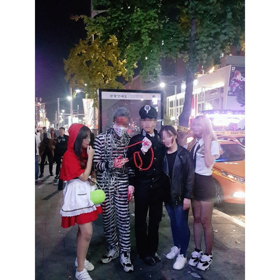 서울 이태원 거리에 30일 핼러윈 복장으로 등장한 사람들. [사진 인스타그램]