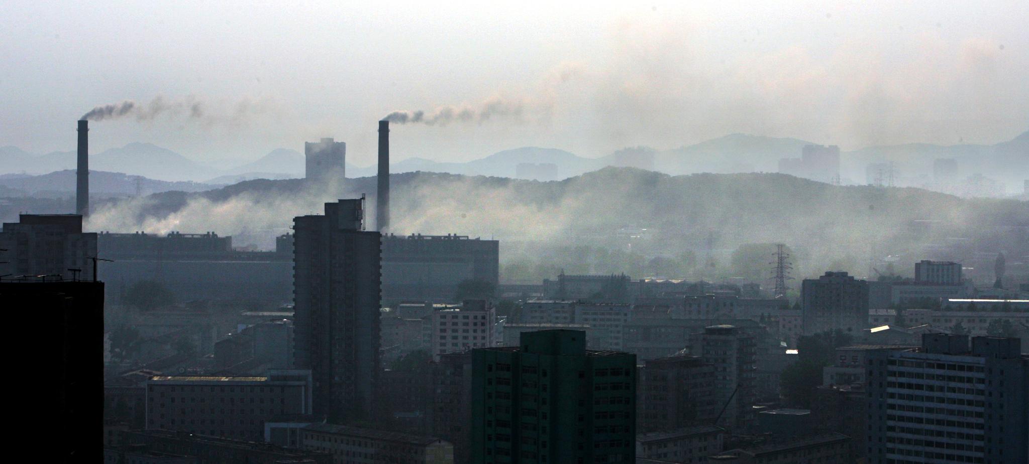 북한 평양시 평천구역에 있는 평양화력발전소 굴뚝에서 연기가 나고 있다. 석탄을 주 연료로 때는 이 발전소 연기는 평양 대기오염의 주된 원인이다. 이 발전소는 1965년 옛 소련의 지원으로 건설됐다. [중앙포토]