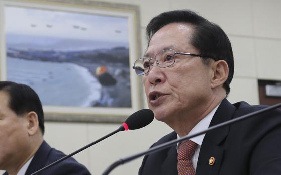 송영무 국방부 장관이 31일 국회에서 열린 국방위위원회 국방부 종합감사에서 의원들의 질의에 답하고 있다. 임현동 기자