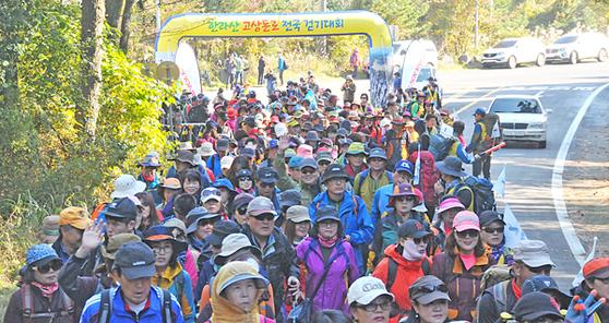지난해 열린 한라산 고상돈로 걷기대회 참가자들이 대회구간을 걷고 있다. [사진 고상돈 기념사업회]