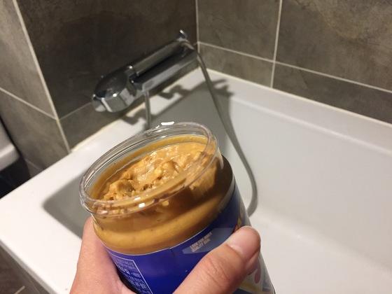 한끗리빙- 땅콩버터 욕실청소. [윤경희 기자]