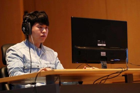 프로게이머 송병구 선수가 '인간 V 인공지능(AI) 스타크래프트 대회'에 임하고 있다. 김상선 기자