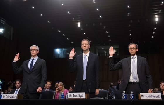 왼쪽부터 콜린 스트레치 페이스북 변호사, 숀 에드겟 트위터 변호사, 리처드 살가도 구글 변호사가 증언 선서를 하고 있다. AFP PHOTO / SAUL LOEB <저작권자(c) 연합뉴스, 무단 전재-재배포 금지>