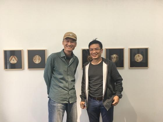 서울 삼청동 누크갤러리에서 드로잉 2인전을 열고 있는 화가 김태헌(왼쪽)과 케니. 사진=이후남 기자