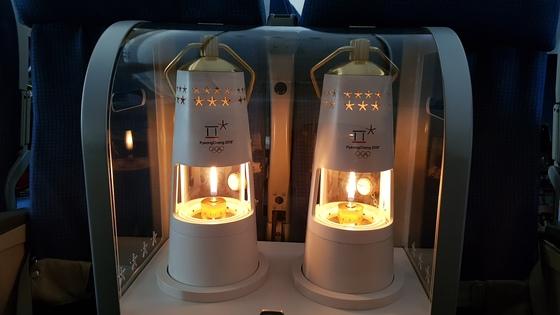 평창 동계올림픽 성화 램프가 31일 성화 인수단이 탑승한 귀국 비행기 이코노미석에 놓여있다. 아테네=송지훈 기자