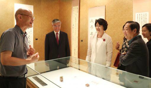 지난 8월 김정숙 여사가 서울 예술의전당에서 열린 치바이스 전시회를 추궈홍 주한중국대사 내외와 함께 둘러보고 있다. [사진 청와대]