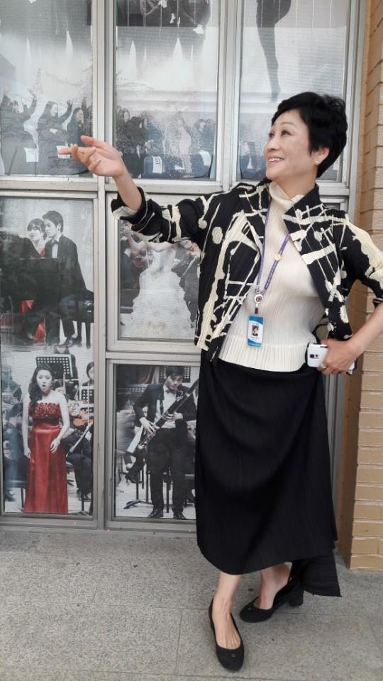 부산 브니엘예술중·고등학교 무용부장인 현임숙(52) 교사가 신 전통 춤인 '궁'의 한 동작을 하고 있다. 이은지 기자