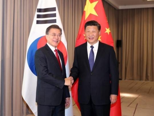문재인 대통령과 시진핑 중국 국가주석이 지난 7월 6일 오전(현지시간) 베를린 인터콘티넨탈 호텔에서 열린 한-중 정상회담에서 악수하며 미소 짓고 있다. [중앙포토]
