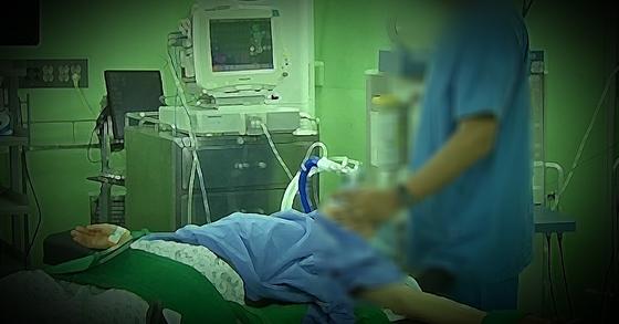 수술 전 마취 시술 장면. (※이 사진은 기사와 직접적인 관련이 없음을 알려드립니다) [중앙포토]