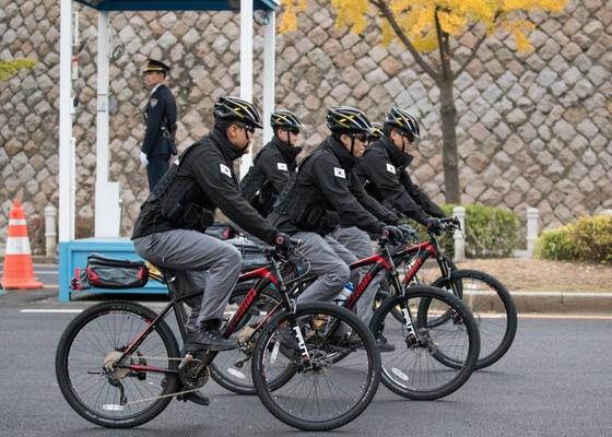 청와대 경호처가 1일 운영을 시작한 '자전거 순찰대'가 도로를 순찰하고 있다. 청와대사진기자단