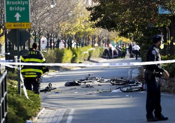 31일(현지시간) 맨해튼 다운타운 인근에서 소형트럭이 자전거 도로를 덮친 사건이 발생해 최소 6명이 숨졌다. [뉴욕=EPA]