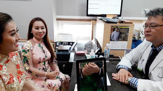 지난 27일 부산 서면에 위치한 피부과를 찾은 베트남 의료관광객이 상담을 받고 있다. 2016년 부산을 찾은 베트남 환자는 1513명으로 전년대비 271% 늘었다. [이은지 기자]