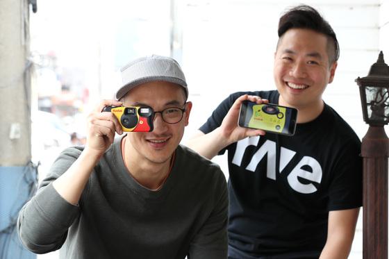 카메라앱 '구닥'으로 열풍을 일으키고 있는 강상훈 스크류바 대표(왼쪽)와 조경민 마케팅 이사가 18일 오후 서울 강남구 신사동에서 중앙일보와 인터뷰를 하고 있다. 장진영 기자