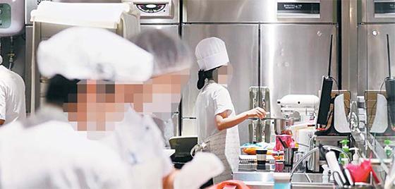 서울 시내 한 파리바게뜨 매장에서 제빵사들이 당일 판매할 다양한 빵을 만들고 있다. [중앙포토]