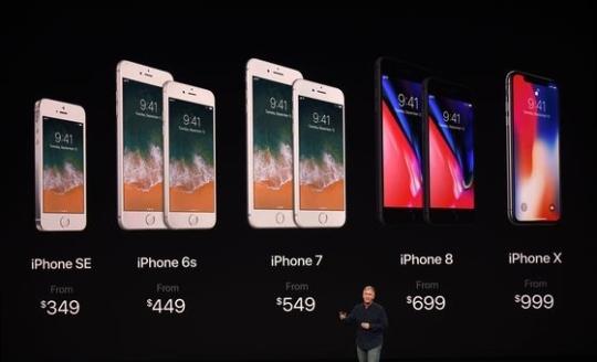 12일(현지시간) 필립 쉴러 애플 산임 부사장이 전 세계의 관심 속에서 신제품 아이폰 X 및 아이폰8과 아이폰 8플러스와 기존 모델들의 새로운 가격을 제시하고 있다. [뉴스1]