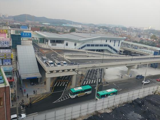 2일 0시 정식 개통하는 오산역 환승센터. 전국 최초로 철도 위 건설됐다. 김민욱 기자