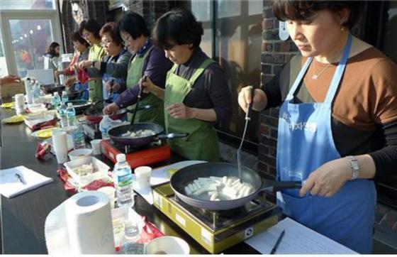 요리하는 주부들 자료사진. [중앙포토]