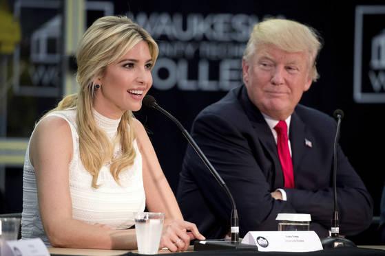 도널드 트럼프 미국 대통령(오른쪽)과 그의 장녀 이방카. 오는 7~8일 예정된 트럼프 대통령의 방한에 이방카는 동행하지 않는다. [AP=연합뉴스]