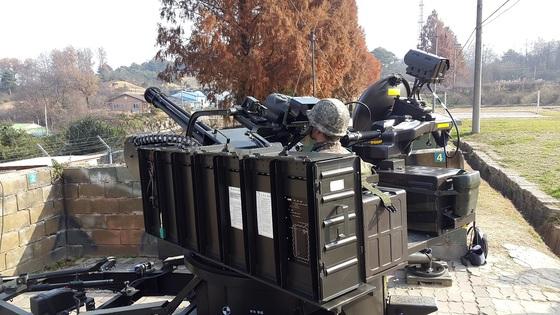 열 영상 야간조준기가 탑재된 발칸. 오른쪽 상단에 장비가 야간에 열로 영상을 획득하는 열 영상 카메라다. [사진 방사청]