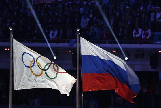 2014년 소치 겨울올림픽 당시 러시아 소치 피시트 스타디움에 함께 걸린 올림픽기와 러시아 국기. [AP=연합뉴스]