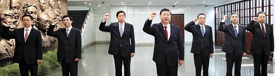 지난달 31일 중국 시진핑 국가주석(가운데)을 포함한 7명의 공산당 정치국 상무위원 전원이 상하이의 창당대회 개최지를 방문해 시 주석의 선창에 따라 입당선서를 복창하고 있다. [신화통신=연합뉴스]