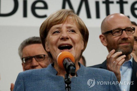 앙겔라 메르켈 독일 총리가 총선 출구조사 발표 직후 당사에서 연설을 하며 4연임 성공에 대한 입장을 밝히고 있다. [AFP=연합]