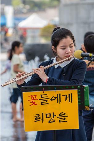 서울예고 변미솔양은 길거리 플루트 연주로 2600만원을 모금해 전액 기부했다. [사진 변경수씨]