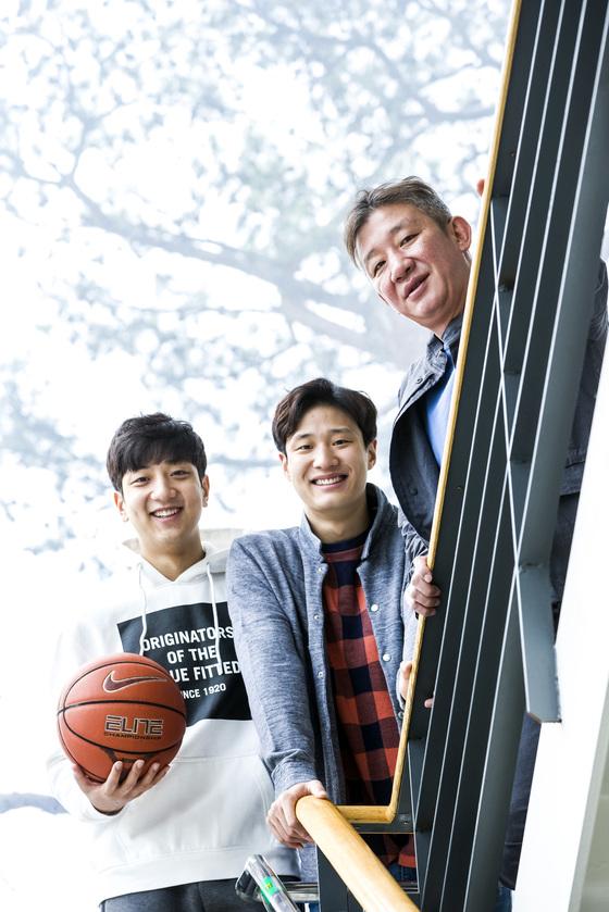허재(오른쪽) 농구대표팀 감독과 장남 허웅(가운데), 차남 허훈. [중앙포토]