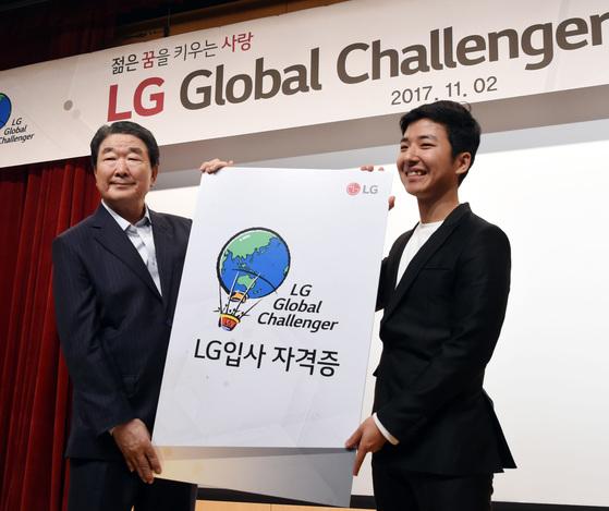 구본준 LG 부회장(왼쪽)이 2일 서울 여의도 LG트윈타워에서 LG글로벌챌린저 수상자 대표 황기근(한동대 4학년) 학생에게 입사 자격증을 전달하고 있다. [사진 LG]