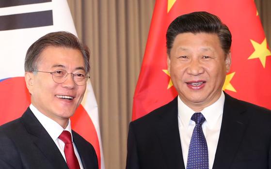 문재인 대통령과 시진핑 중국 국가주석이 지난7월 6일 오전(현지시간) 베를린 인터콘티넨탈 호텔에서 열린 한-중 정상회담에서 환하게 웃고 있다. [중앙포토]