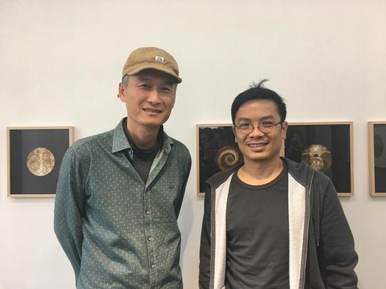 서울 삼청동 누크갤러리에서 드로잉 2인전을 열고 있는 화가 김태헌(왼쪽)과 케니. [이후남 기자]