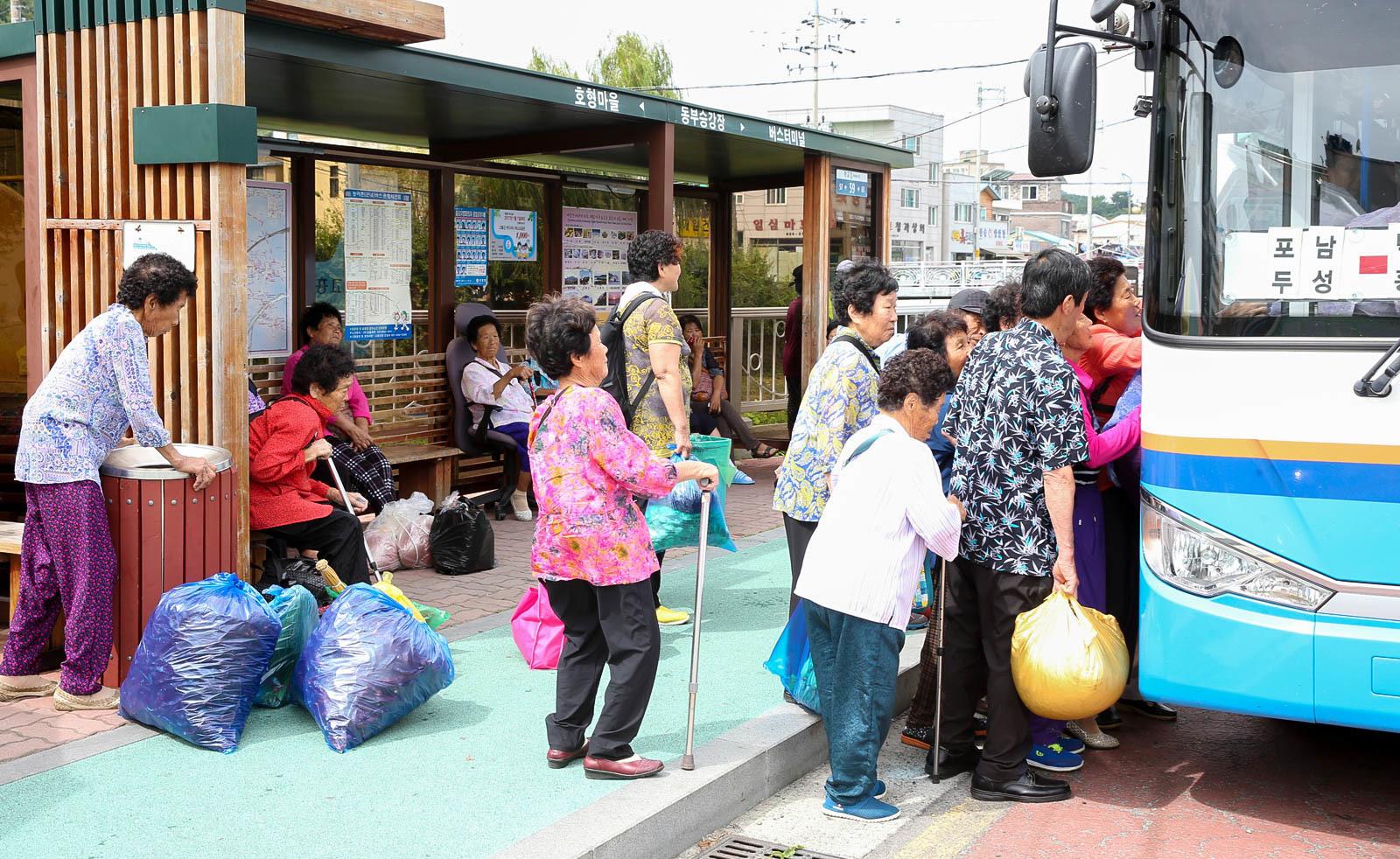 장날을 맞아 전남 고흥군 고흥읍으로 나온 노인들이 읍내 정류장에서 버스를 타고 있다. 전국에서 노인 비율이 가장 높은 수준인 고흥군은 1인당 연간 진료비도 가장 많은 것으로 집계됐다. [중앙포토]
