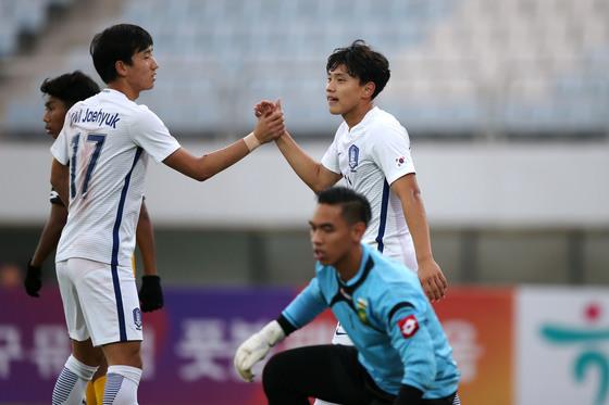 2일 파주스타디움에서 열린 2018 AFC U-19 챔피언십 예선 1차전 브루나이전에서 한국의 조영욱(오른쪽)이 골을 넣고 팀 동료 김재혁과 손을 맞잡으며 골 세리머니를 하고 있다. [사진 대한축구협회]