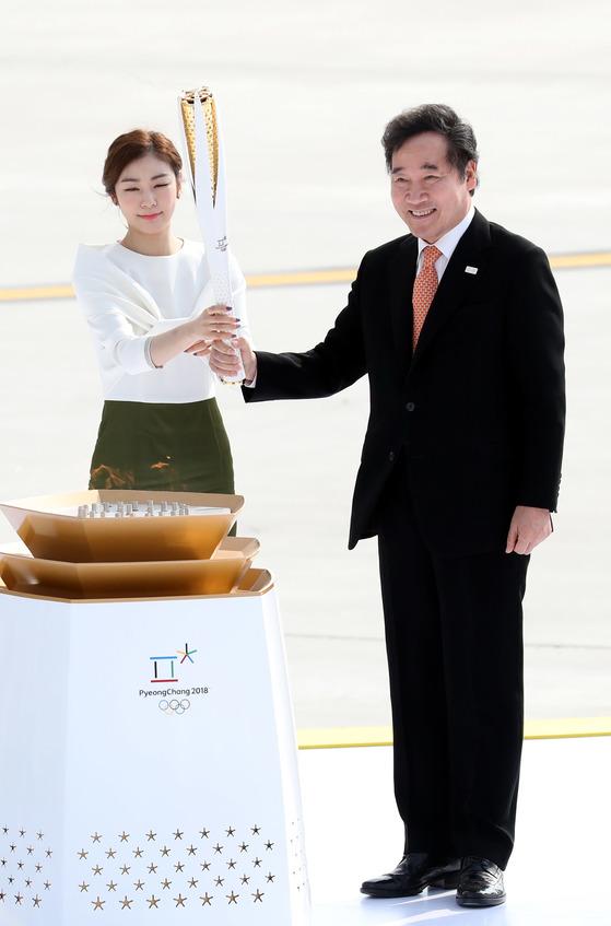 2018 평창올림픽 성화가 1일 전세기편으로 인천공항에 도착했다. 이낙연 총리와 평창 홍보대사 김연아가 성화대에 점화하고 있다. 올림픽 성화의 귀환은 지난 1988년 서울하계올림픽 이후 30년 만이다. [중앙포토]