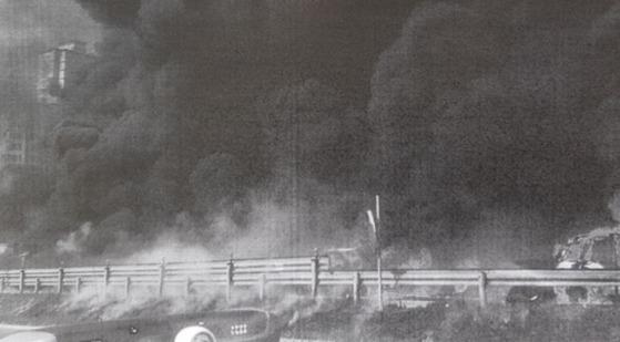 창원터널 인근에서 발생한 유조차 폭발 사고 현장 모습. [사진 경남경찰청]