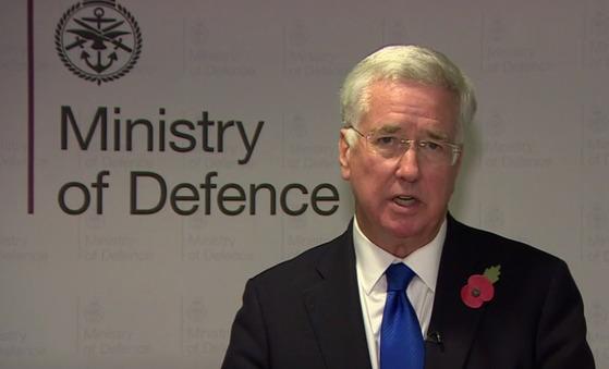 15년 전 식사자리에서 여성 언론인의 무릎에 손을 얹었다는 의혹이 제기되자 사임한 마이클 팰런 영국 국방장관