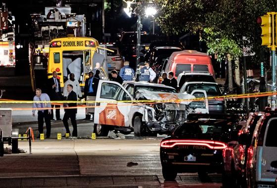 지난달 31일(현지시간) 미국 뉴욕에서 픽업 트럭이 자전거 도로로 돌진해 8명의 사망자를 낸 테러 현장에 수사관과 구조요원들이 출동해 있다. [AP=연합뉴스]
